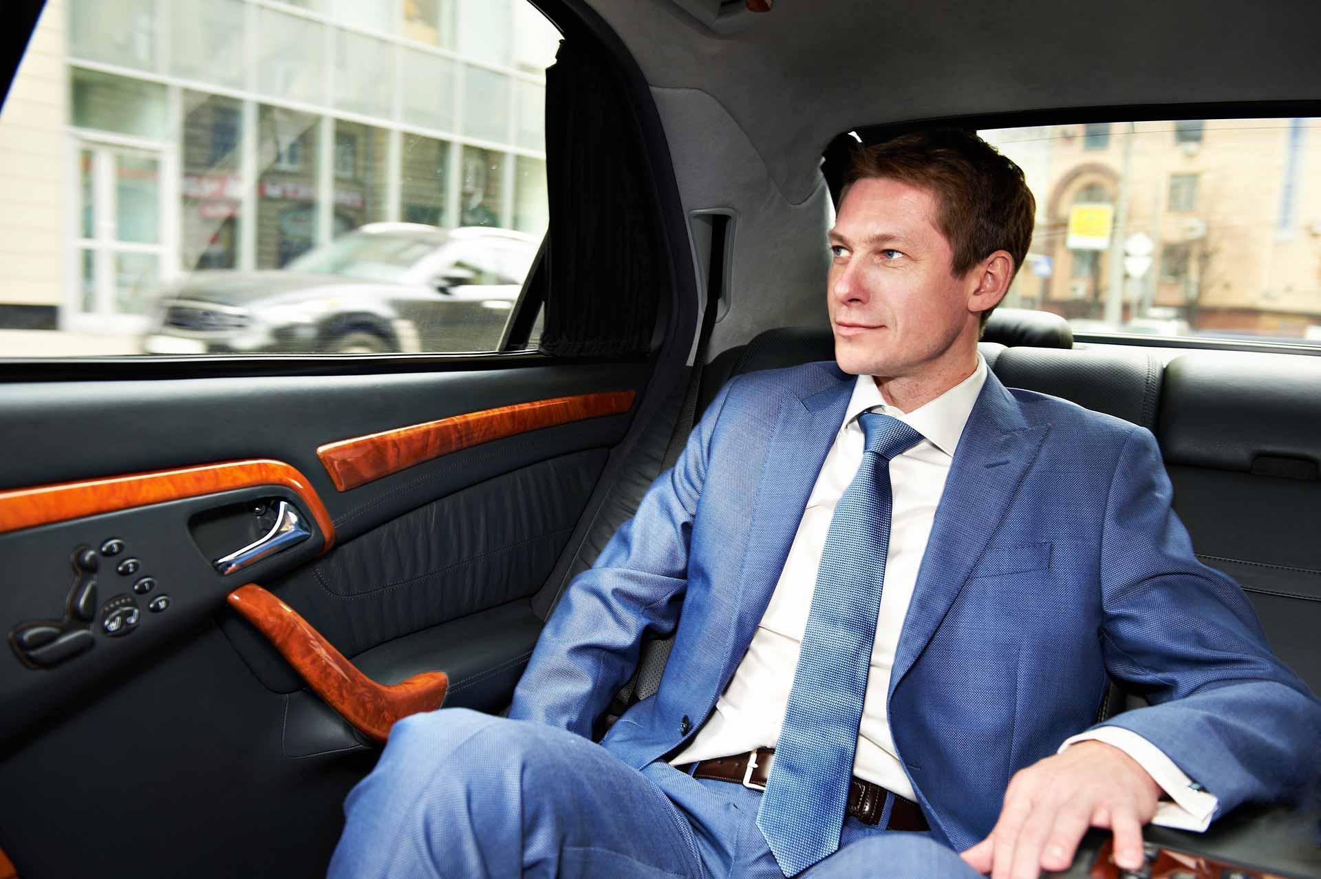 Uomo-d'affari-su-auto-comfort